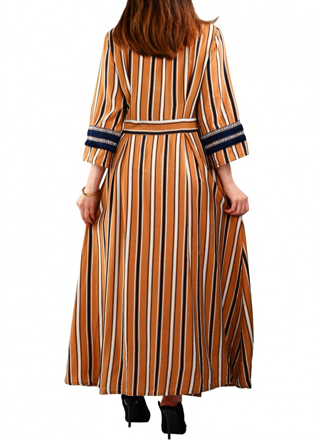 فستان بخطوط طولية بلون بني